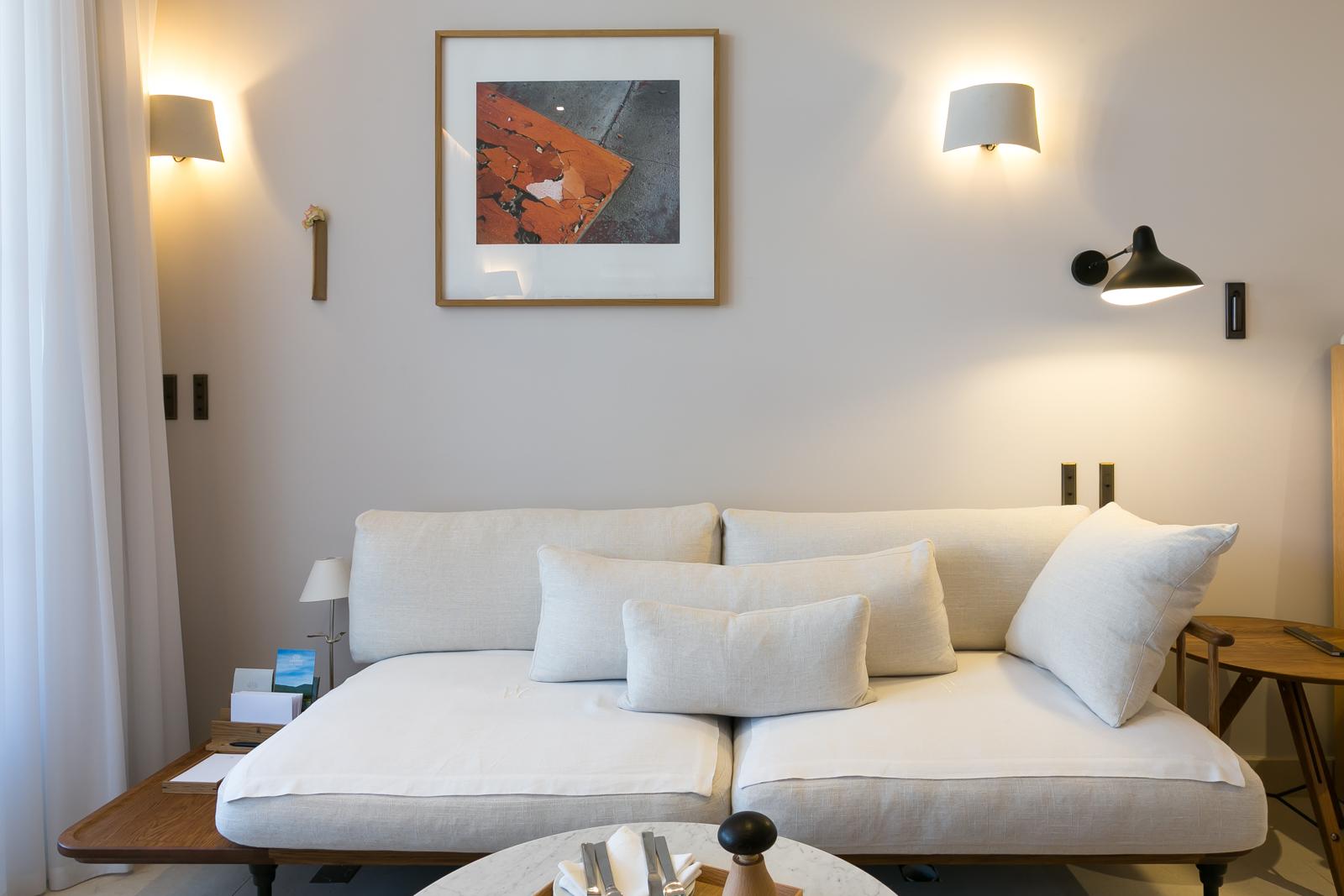 https://amelie-bouchez.fr/wp-content/uploads/2020/08/amelie-bouchez-hotel-chambre-puy-sainte-reparade-4.jpg
